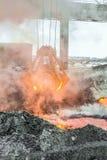 Le bloc supérieur mécanique de multivalve attaquent pour le transport des morceaux d'un rouge ardent de fer de la fonte Industrie photographie stock