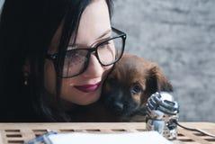 Le blog au sujet des animaux familiers, la fille avec le chiot est une diffusion en direct, Photos stock