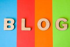 Le blog de Word des lettres volumétriques est fond de quatre couleurs : bleu, rouge, orange et vert Concept de visualisation de b Photographie stock libre de droits