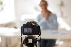 Le blog visuel de enregistrement de femme d'affaires sur numérique professionnel équipent photographie stock libre de droits