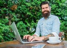 Le Blogger créent le courrier tandis qu'appréciez le café Créez le contenu pour le blog de Web L'entrepreneur barbu de directeur  image stock