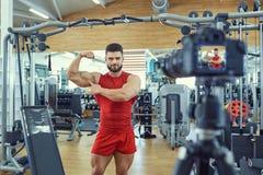 Le blogger d'athlète de sportif fait la vidéo sur l'appareil-photo Photos stock