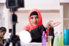 Le blogger de beaut? dans la vid?o de enregistrement de hijab pour son blog image stock
