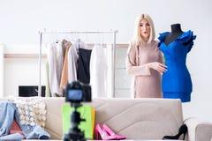 Le blogger de mode enregistrant la nouvelle vidéo pour son vlog photo libre de droits