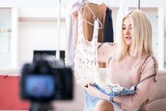Le blogger de mode enregistrant la nouvelle vidéo pour son vlog photo stock