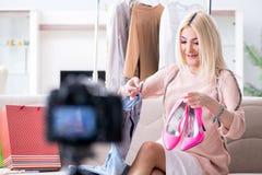 Le blogger de mode enregistrant la nouvelle vidéo pour son vlog photos stock
