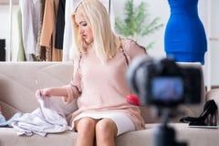 Le blogger de mode enregistrant la nouvelle vidéo pour son vlog images libres de droits
