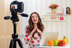 Le Blogger prend la vidéo d'elle-même images stock