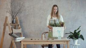 Le blomsterhandlaren som bär den vide- korgen med blommor stock video