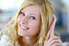 Le blond kvinna royaltyfri foto