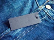 Le blue jeans dettagliano con l'etichetta in bianco dell'etichetta fotografia stock libera da diritti