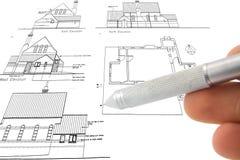 Le bluepint et la main du `s d'architecte là-dessus Images libres de droits