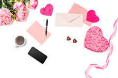 Le boîte-cadeau avec des coeurs sur le fond blanc Photographie stock