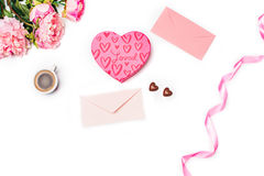 Le boîte-cadeau avec des coeurs sur le fond blanc Photo stock