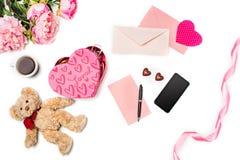 Le boîte-cadeau avec des coeurs sur le fond blanc Photo libre de droits