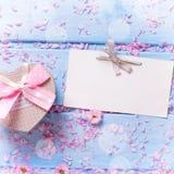 Le boîte-cadeau avec le présent sous la forme du coeur, pétales de Sakura dentellent f Images stock