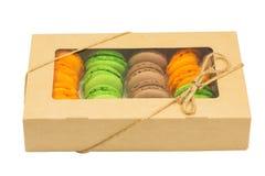 Le boîte-cadeau avec Macarons a isolé sur le fond blanc Photos libres de droits