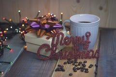 Le boîte-cadeau blanc, tasse, inscription marient Noël sur le tablen Photo libre de droits