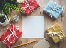 Le boîte-cadeau coloré mignon de point présente avec le fond de papier à lettres Photos libres de droits