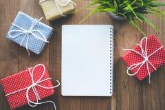 Le boîte-cadeau coloré mignon de point présente avec le fond de papier à lettres Image libre de droits
