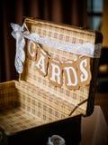 Le boîte-cadeau d'argent au mariage photographie stock