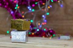 Le boîte-cadeau d'or et d'argent a mis dessus le plancher en bois Photographie stock libre de droits