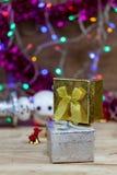 Le boîte-cadeau d'or et d'argent a mis dessus le plancher en bois Photographie stock