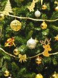 Le boîte-cadeau de décoration de règlages de plan rapproché de Joyeux Noël a coloré des lumières de casse-noix de cloche de globe image libre de droits