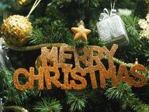 Le boîte-cadeau de décoration de règlages de plan rapproché de Joyeux Noël a coloré des lumières de casse-noix de cloche de globe images libres de droits