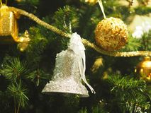 Le boîte-cadeau de décoration de règlages de plan rapproché de Joyeux Noël a coloré des lumières de casse-noix de cloche de globe photographie stock libre de droits