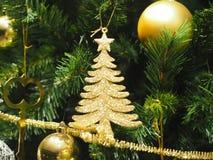Le boîte-cadeau de décoration de règlages de plan rapproché de Joyeux Noël a coloré des lumières de casse-noix de cloche de globe photos stock