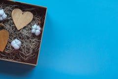 Le boîte-cadeau de métier avec le heartcard et le coton fleurit Photographie stock