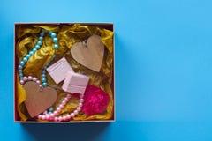 Le boîte-cadeau de métier avec le heartcard et les bonbons Photos libres de droits