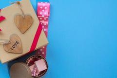 Le boîte-cadeau de métier avec le heartcard et les bonbons Images libres de droits