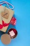 Le boîte-cadeau de métier avec le heartcard et les bonbons Image stock