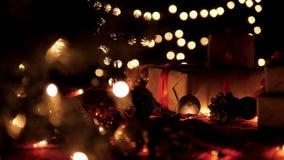 Le boîte-cadeau de Noël, boule de Noël sur le bokeh de lueur allume le fond clips vidéos