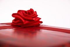 Le boîte-cadeau de St Valentine avec un ruban rouge s'est levé Image libre de droits