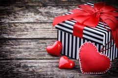 Le boîte-cadeau de Valentine avec les coeurs rouges Image stock