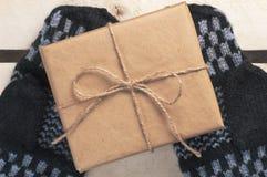 Le boîte-cadeau a emballé le papier brun et la ficelle sur fait main Photo libre de droits