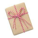 Le boîte-cadeau enveloppé dans le brun a réutilisé le papier avec la corde rouge et blanche photo stock