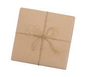 Le boîte-cadeau enveloppé dans le brun a réutilisé le papier et a attaché le dessus de corde de sac images stock