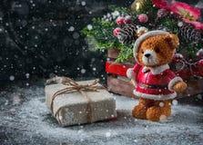 Le boîte-cadeau a enveloppé le tissu de toile et décore de la corde, le jute, décoration de Noël sur le fond brun de panneaux en  Photographie stock