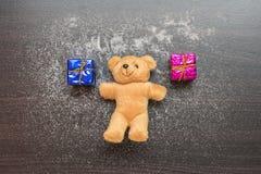 Le boîte-cadeau et le nounours concernent le woobackground Image stock