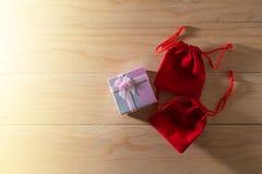 Le boîte-cadeau et le sac rouge de cadeau ont enveloppé des présents de Noël et de Newyear avec des arcs et des rubans, fond de l Photos libres de droits