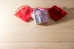 Le boîte-cadeau et le sac rouge de cadeau ont enveloppé des présents de Noël et de Newyear avec des arcs et des rubans, fond de l Photographie stock
