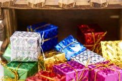 Le boîte-cadeau laissent tomber la caisse en bois image stock