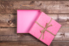 Le boîte-cadeau rose ouvert enveloppé de vintage avec sur le fond en bois peut employer la fête des mères de Saint Valentin ou cé Photos stock