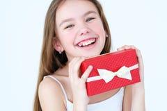 Le boîte-cadeau rouge de fête de prise de fille parents l'amour de récompense Photo stock