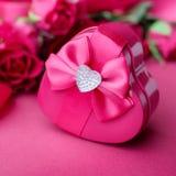 Le boîte-cadeau sous forme de coeur, se ferment  Images stock