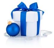 Le boîtier blanc a attaché l'arc de ruban bleu et la boule de Noël Image stock